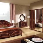 мебель цвета дерева в спальне